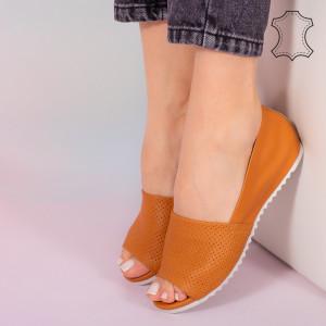 Заложете на оранжеви сандали от естествена кожа