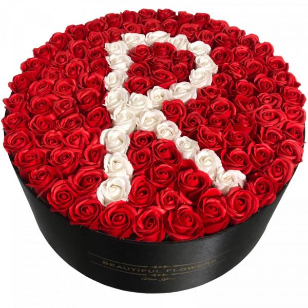 Aranjament floral personalizat cu litera cutie rotunda neagra cu 101 trandafiri de sapun