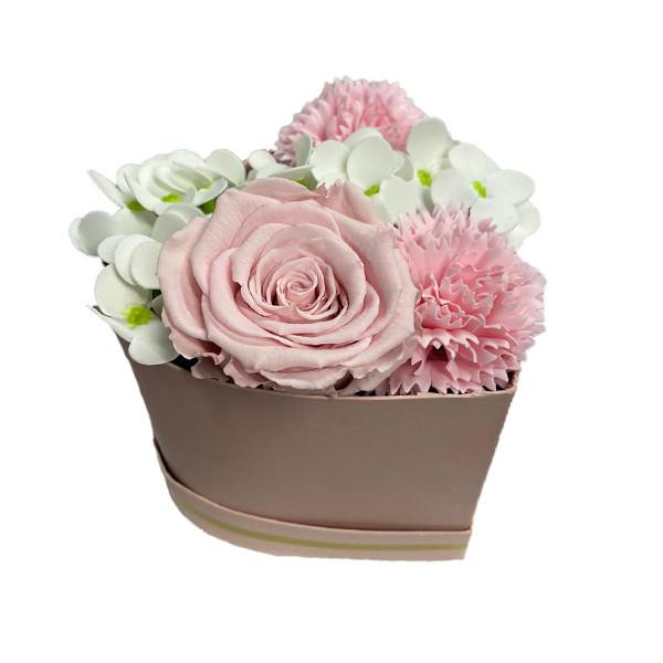 Aranjament Floral, cutie inima cu trandafir criogenat, cu decor de hortensii si garoafe de sapun