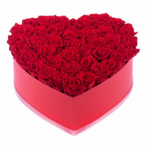 Aranjament floral cutie inima cu trandafiri de sapun rosii