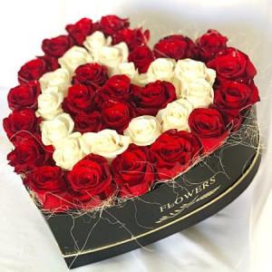 Aranjament floral cutie neagra inima cu trandafiri sapun rosii si albi