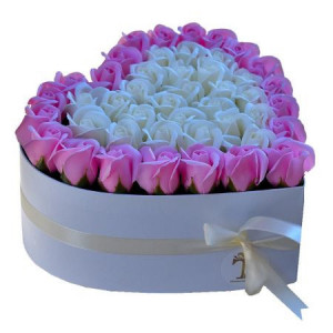 Aranjament floral cutie inima alba cu trandafiri sapun roz si albi