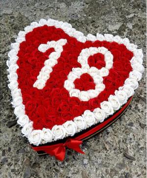 Aranjament floral personalizat, aniversare, cutie inima neagra cu 125 trandafiri de sapun