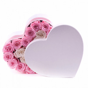 Aranjament floral Bellisima, cutie inima alba si funda cu trandafiri de sapun roz si albi
