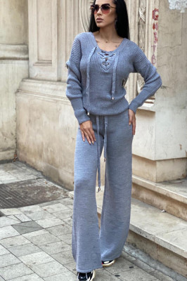 Compleu gri dama tricotat cu bluza petrecuta si pantalon evazat