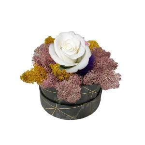 Aranjament Floral, cutie cu trandafir criogenat pe pat de licheni naturali stabilizati