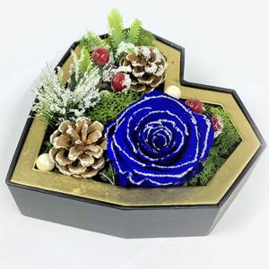 Aranjament floral Magic Christmas cu flori criogenate pe pat de muschi cret si licheni naturali stabilizati
