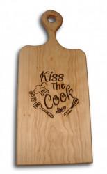 "Tocator din lemn de fag cu maner, gravat cu mesajul ""Kiss The Cook""."
