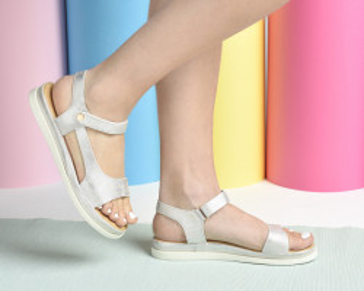 Ravne sandale F64 srebrne