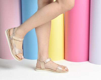 Ravne sandale F64 šampanj