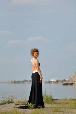 Crno bela duga haljina sa cirkonima