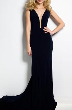 Duga haljina sa dubokim dekolteom