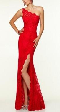 Duga crvena cipkasta haljina na jedno rame