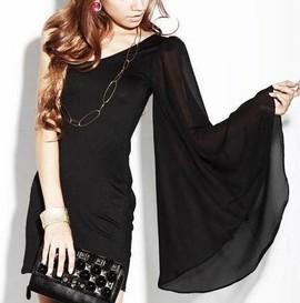 Crna haljina na jedno rame sa zvonastim rukavom