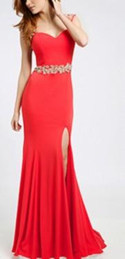 Duga crvena haljina sa zlatnim detaljima