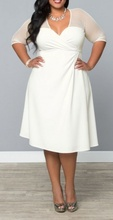 Bela haljina sa mrežastim rukavima