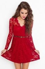 Crvena cipkasta haljina sa v - izrezom