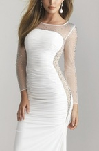 Duga bela haljina sa rasutim cirkonima