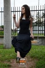 Duga haljina crna sa detaljima od cirkona