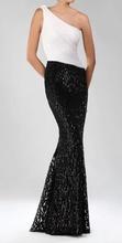 Duga bela haljina sa crnim diskicima