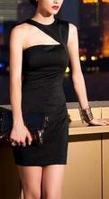 Crna haljina sa neobicnim detaljom na ramenu