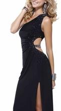 Duga crna haljina na jedno rame sa rasutim cirkonima