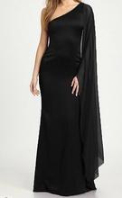 Duga crna haljina na jedno rame sa rukavom od muslina