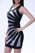 Crna haljina sa belim neobicnim detaljima
