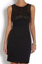 Crna haljina sa pojasom i detaljima diskica i mrezice