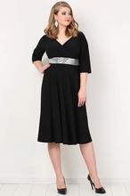 Crna svecana haljina za punije dame sa srebrnim pojasom