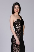 Crna haljina na jedno rame sa braonkastim detaljima