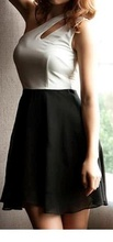 Crno bela haljina na jedno rame