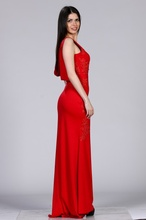 Duga crvena haljina sa golim ledjima i detaljima cipke