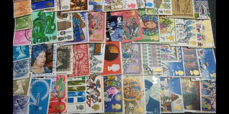 Plic filatelic - 100 de timbre Anglia cu dubluri, stampilate