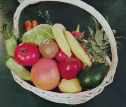Плодове и зеленчуци в кошница