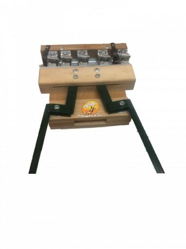 Dispozitiv de gaurit ramele si introdus capse cu 5 ace