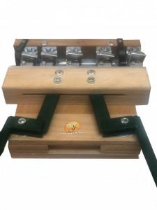 Dispozitiv perforator de gaurit ramele si introdus capse cu 5 ace