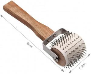 Rola de descapacit cu dinti metalici si maner din lemn