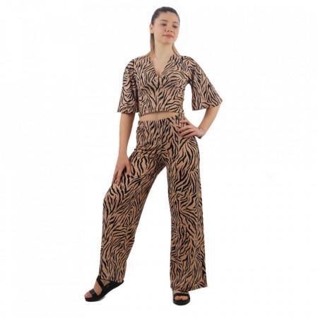 Compleu Chic Print - Compleul Chic este potrivit sezonului cald fiind alcătuit din pantaloni și un top lejer. Topul se leagă în jurul taliei sau în diferite moduri. Este confecționat dintr-un material elastic. - Deppo.ro