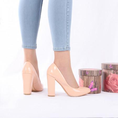 Pantofi cu toc cod 383210 Nude - Pantofi din piele ecologică lăcuită cu toc gros și vârf rotund , foarte confortabili potriviți pentru birou sau evenimente speciale. - Deppo.ro