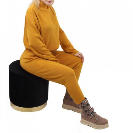 Compleu tricot damă Muștariu - Compleu pentru femei, compus din bluză, pantalon Material ușor elastic Pantalon cu buzunareoar  laterale - Deppo.ro