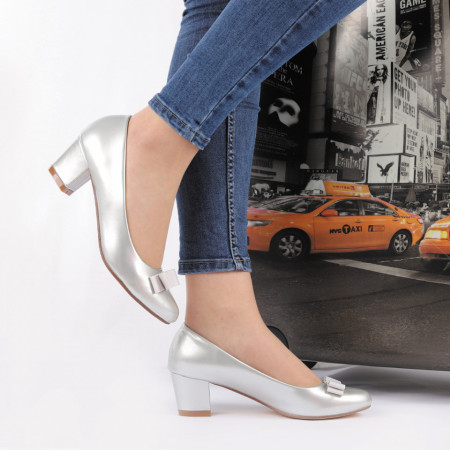 Pantofi Amber Silver Cod 2209 Arginti - Pantofi pentru dame din piele ecologică ,lăcuiți  Model decorativ cu fundiță în partea din față - Deppo.ro