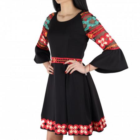 Rochie Isayev Black - Rochie cu mânecă lungă fabricată în România în stil rusesc pentru o ținută lejeră. Datorită croiului îți asigură libertatea de mișcare. - Deppo.ro
