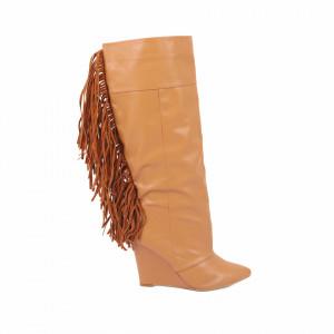 Cizme Cloe Camel - Cizme pentru dame din piele ecologică lăcuită cu un design abstract, decorate cu franjuri pe lungimea gambei - Deppo.ro