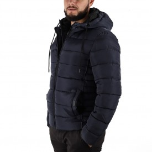 Geacă de iarnă Edgar Bleumarin - Geacă stilată de iarnă pentru bărbaţi, prevăzută cu glugă, în partea din faţă jacheta este prevăzută cu un fermoar lung din plastic rezistent, aceleaşi tipuri de fermoare, sunt aplicate şi la baza buzunarelor laterale. - Deppo.ro
