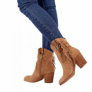 Botine Lilia Apricot - Botine cu vărf rotund din piele ecologică întoarsă și franjuri decorativecu un toc deosebit Fi în pas cu moda poartă aceste botine și strălucește în fiecare zi . - Deppo.ro