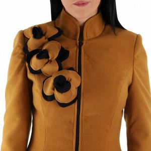 Palton Floris Honey - Palton Chanttal elegant din stofă cu închidere cu nasturi, căptușit pe interior și un decor pe umăr care imita trandafirii. Îmbracă-l la rochii sau ținute office și asortează-l cu o pereche de mănuși din piele pentru un plus de eleganță. - Deppo.ro