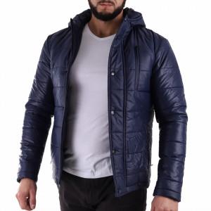 Geacă de iarnă Jakob Bleumarin - Geacă stilată de iarnă pentru bărbaţi fabricată în România, prevăzută cu glugă, în partea din faţă jacheta este prevăzută cu un fermoar lung rezistent şi capse, aceleaşi tipuri de fermoare, sunt aplicate şi la baza buzunarelor laterale. - Deppo.ro