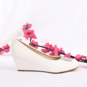 Pantofi Cu Toc cod SA1708 White - Pantofi cu toc din piele ecologică  Fii în pas cu moda şi străluceşte la următoarea petrecere. - Deppo.ro