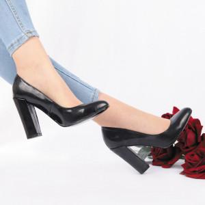 Pantofi Cu Toc Desiree Black - Pantofi din piele ecologică lăcuită cu toc gros și vârf rotund , foarte confortabili potriviți pentru birou sau evenimente speciale. - Deppo.ro